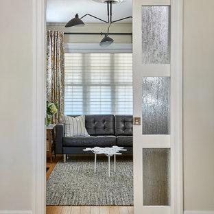 Foto di un soggiorno scandinavo di medie dimensioni e chiuso con pareti beige, pavimento in bambù, camino classico, cornice del camino in legno, nessuna TV e pavimento giallo