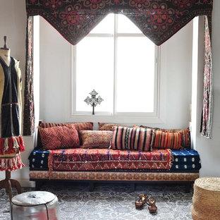 Mediterranes Wohnzimmer mit weißer Wandfarbe in New York