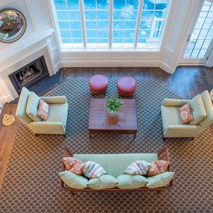 チャールストンの中くらいのトラディショナルスタイルのおしゃれなLDK (フォーマル、白い壁、無垢フローリング、コーナー設置型暖炉、石材の暖炉まわり、テレビなし、茶色い床) の写真