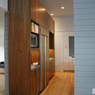 Esempio di un soggiorno classico con parquet chiaro e pareti bianche