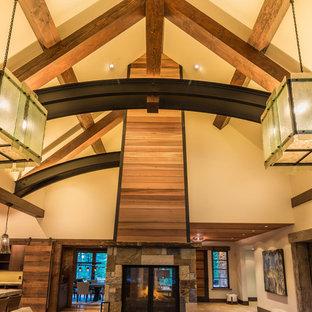 Idee per un grande soggiorno minimal aperto con sala formale, pareti beige, camino bifacciale, cornice del camino in pietra, nessuna TV, pavimento in gres porcellanato e pavimento beige
