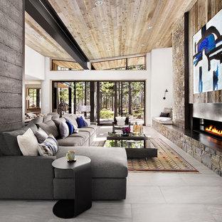 Foto di un soggiorno contemporaneo aperto con pareti grigie, pavimento in gres porcellanato, camino lineare Ribbon e cornice del camino in metallo