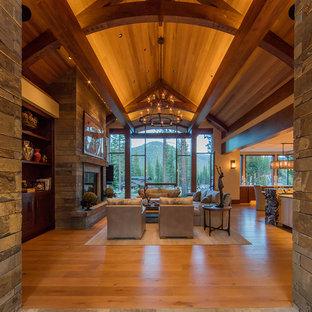 Geräumiges Rustikales Wohnzimmer mit beiger Wandfarbe und braunem Holzboden in Denver