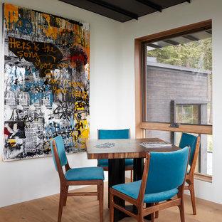 Modelo de salón abierto, actual, de tamaño medio, con paredes blancas, suelo de madera en tonos medios, suelo naranja, chimenea lineal y marco de chimenea de hormigón