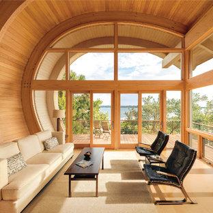 Ejemplo de salón para visitas abierto, contemporáneo, grande, sin chimenea y televisor, con paredes marrones y suelo de madera clara