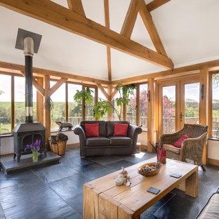 Immagine di un soggiorno country di medie dimensioni con pavimento in ardesia