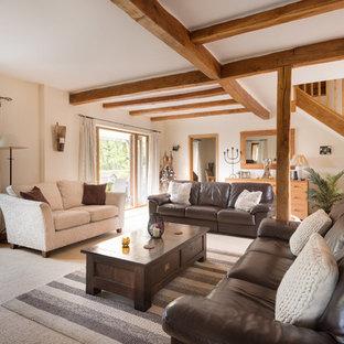 Idee per un grande soggiorno country aperto con pareti beige e moquette
