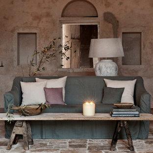 Inredning av ett medelhavsstil vardagsrum, med ett finrum och bruna väggar