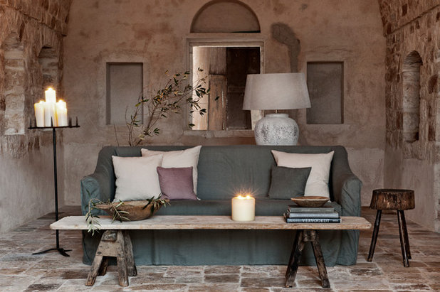 Mediterran Wohnbereich by Alexander Waterworth Interiors LTD