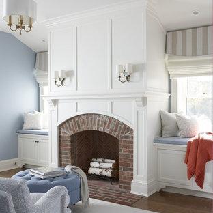 Großes, Fernseherloses, Abgetrenntes, Repräsentatives Klassisches Wohnzimmer mit blauer Wandfarbe, braunem Holzboden, Kamin, Kaminumrandung aus Backstein und buntem Boden in New York
