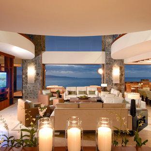 Idee per un ampio soggiorno tropicale aperto con TV a parete