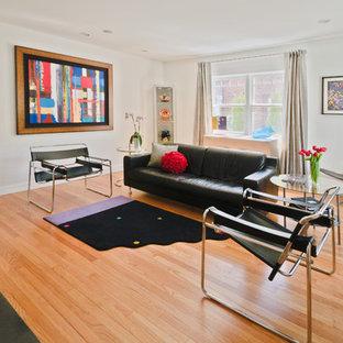 Réalisation d'un salon design de taille moyenne et fermé avec un mur blanc, une salle de réception, un sol en bois clair, une cheminée standard et un manteau de cheminée en brique.