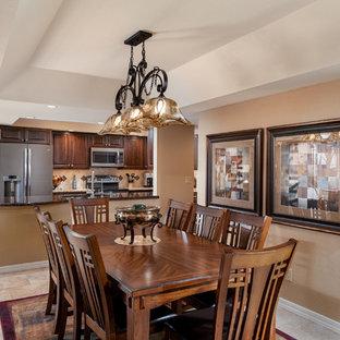 フェニックスの中くらいのサンタフェスタイルのおしゃれなLDK (白い壁、磁器タイルの床、標準型暖炉、石材の暖炉まわり、据え置き型テレビ、マルチカラーの床) の写真