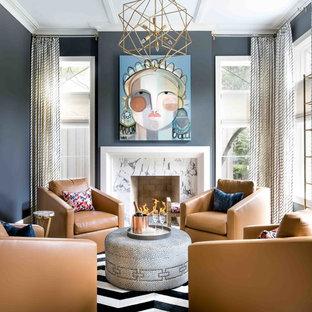 Imagen de salón para visitas costero con paredes azules, chimenea tradicional y marco de chimenea de piedra