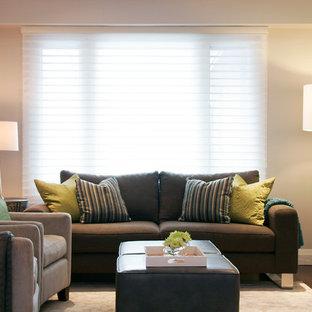 Idee per un piccolo soggiorno contemporaneo aperto con pareti beige, parquet scuro, camino lineare Ribbon, cornice del camino in pietra, TV a parete e pavimento marrone