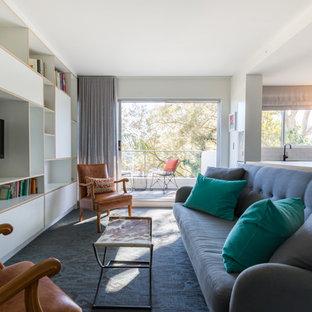 Diseño de salón abierto, minimalista, pequeño, sin chimenea, con paredes blancas, suelo de linóleo, televisor colgado en la pared y suelo azul