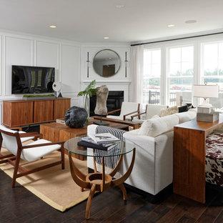 Großes, Repräsentatives, Offenes Klassisches Wohnzimmer mit weißer Wandfarbe, braunem Boden, Vinylboden, Kamin, verputzter Kaminumrandung und freistehendem TV in Washington, D.C.