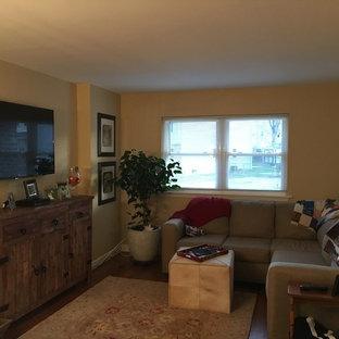 フィラデルフィアの小さいトラディショナルスタイルのおしゃれなリビング (ベージュの壁、竹フローリング、壁掛け型テレビ) の写真