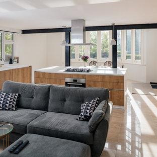 サリーの大きいヴィクトリアン調のおしゃれなLDK (白い壁、トラバーチンの床、暖炉なし、タイルの暖炉まわり、壁掛け型テレビ、黄色い床) の写真