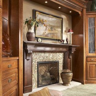 Immagine di un soggiorno chic con sala formale, pareti beige, moquette, camino classico, cornice del camino piastrellata, pavimento verde e nessuna TV