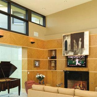 デトロイトの広いモダンスタイルのおしゃれなLDK (大理石の床、標準型暖炉、木材の暖炉まわり、内蔵型テレビ) の写真