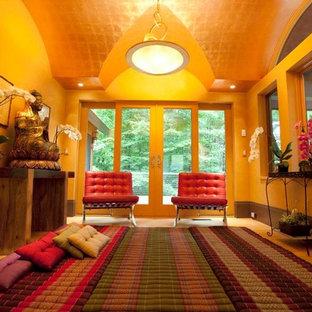 Immagine di un soggiorno etnico di medie dimensioni e chiuso con sala formale, pareti beige, parquet chiaro, nessun camino, nessuna TV e pavimento beige
