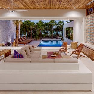Aménagement d'un salon méditerranéen avec un mur multicolore et un sol beige.