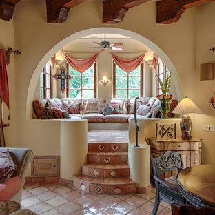 Foto de salón abierto, mediterráneo, con paredes beige y suelo de baldosas de terracota