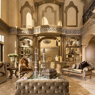 Idee per un grande soggiorno mediterraneo aperto con sala formale, pareti beige, pavimento beige, pavimento in travertino, nessuna TV e nessun camino