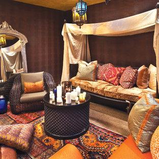 Diseño de salón romántico con paredes marrones