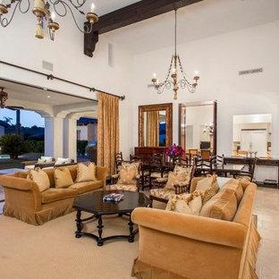 Idee per un ampio soggiorno mediterraneo aperto con pareti beige, camino classico, cornice del camino in legno, TV a parete e pavimento rosso