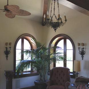 サンタバーバラの中サイズの地中海スタイルのおしゃれなLDK (フォーマル、ベージュの壁、無垢フローリング、暖炉なし、テレビなし) の写真