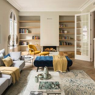 Diseño de biblioteca en casa cerrada, mediterránea, grande, con paredes beige, suelo de madera oscura, pared multimedia, suelo marrón y chimenea lineal