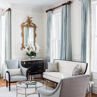 Foto di un soggiorno tradizionale con sala formale, pareti bianche e pavimento in legno massello medio