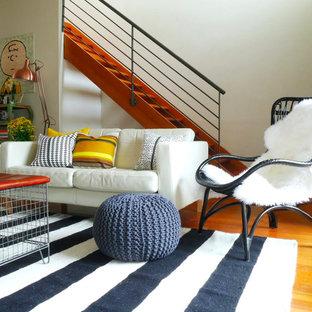 メルボルンのエクレクティックスタイルのおしゃれなリビング (白い壁、無垢フローリング、オレンジの床) の写真