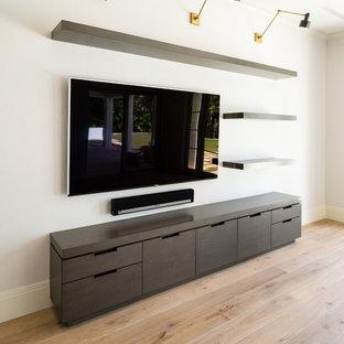 Foto de salón para visitas abierto, contemporáneo, grande, con paredes blancas, suelo de madera en tonos medios y pared multimedia