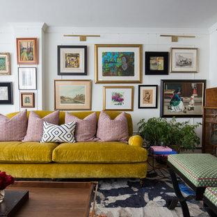 Imagen de salón con barra de bar bohemio con paredes blancas