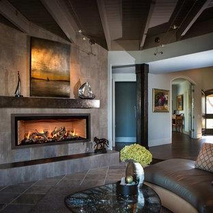 Imagen de salón para visitas abierto, rural, de tamaño medio, sin televisor, con paredes marrones, suelo de baldosas de cerámica, chimenea lineal, marco de chimenea de baldosas y/o azulejos y suelo marrón