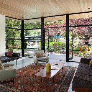 Foto di un soggiorno minimal aperto con pareti bianche, pavimento in cemento e sala formale