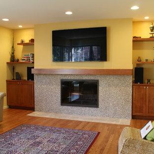 シアトルの中サイズのコンテンポラリースタイルのおしゃれな独立型リビング (フォーマル、黄色い壁、無垢フローリング、標準型暖炉、タイルの暖炉まわり、壁掛け型テレビ) の写真