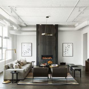 Ejemplo de salón para visitas cerrado, clásico renovado, grande, sin televisor, con paredes blancas, suelo de madera oscura, chimenea lineal, marco de chimenea de metal y suelo marrón