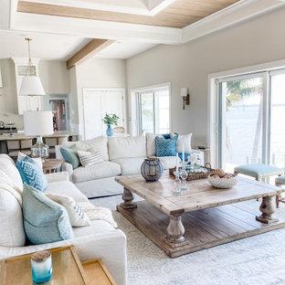 Esempio di un grande soggiorno costiero aperto con pareti grigie e soffitto a cassettoni
