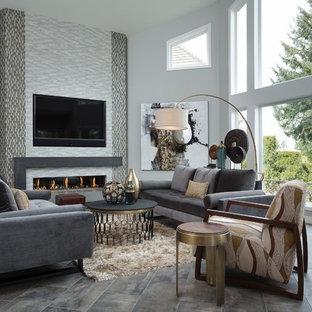 ポートランドの中サイズのミッドセンチュリースタイルのおしゃれなLDK (グレーの壁、セラミックタイルの床、横長型暖炉、タイルの暖炉まわり、壁掛け型テレビ、フォーマル、グレーの床) の写真