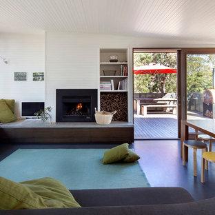 メルボルンの中サイズのビーチスタイルのおしゃれなLDK (白い壁、リノリウムの床、標準型暖炉) の写真
