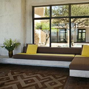 Ispirazione per un soggiorno mediterraneo con pavimento in mattoni