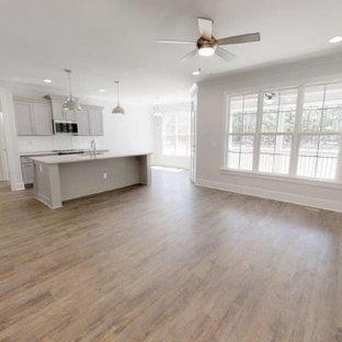 Idées déco pour un salon classique de taille moyenne et ouvert avec un mur gris, un sol en bois brun, une cheminée ribbon, un manteau de cheminée en carrelage, un sol marron et un plafond à caissons.