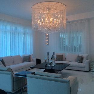 Ispirazione per un grande soggiorno contemporaneo aperto con pareti bianche, pavimento in marmo e TV a parete