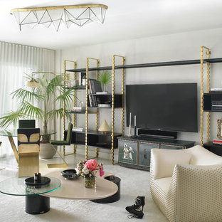 マイアミの大きいコンテンポラリースタイルのおしゃれなLDK (白い壁、カーペット敷き、暖炉なし、据え置き型テレビ、白い床) の写真