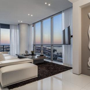 マイアミの小さいコンテンポラリースタイルのおしゃれなLDK (白い壁、暖炉なし、壁掛け型テレビ、白い床) の写真