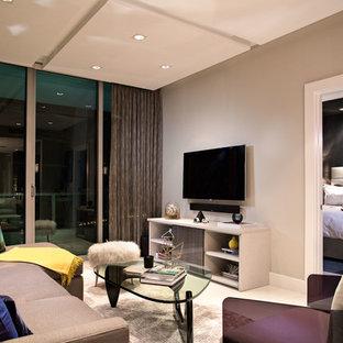マイアミの中サイズのモダンスタイルのおしゃれな独立型リビング (グレーの壁、暖炉なし、壁掛け型テレビ、白い床) の写真